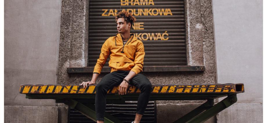 Męskie spodnie materiałowe w stylizacji z bluzą z kapturem